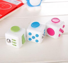 Mainan Pelepas Stress Fidget Cube - Black/Red - 4